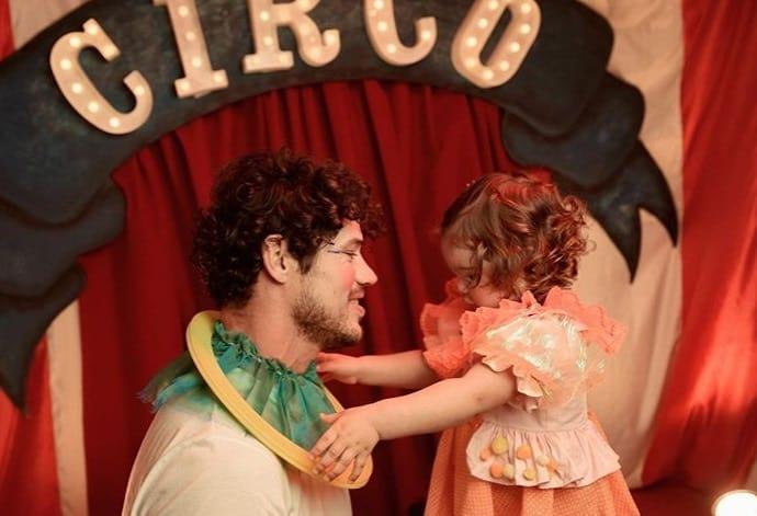José Loreto durante ensaio de fotos com sua bebê