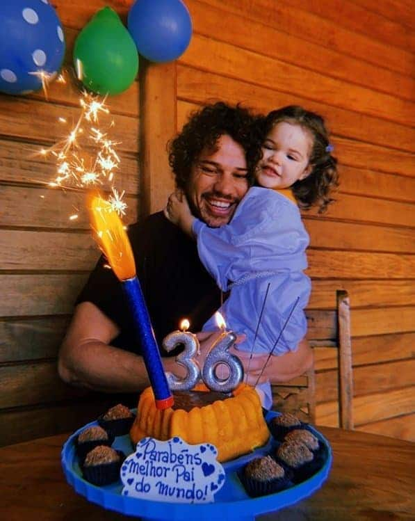 José Loreto comemorando seu aniversário com a filha pequena