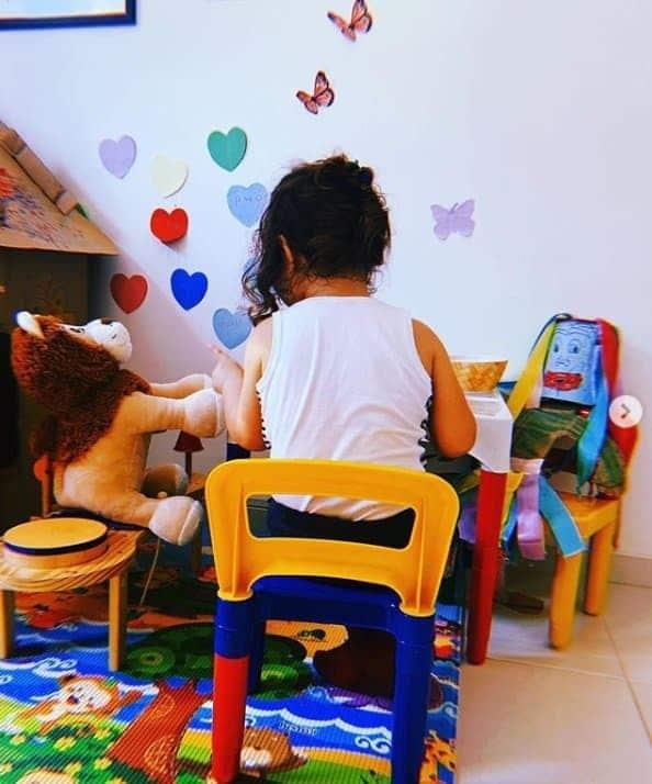 Bebê de Débora Nascimento e José Loreto brincando