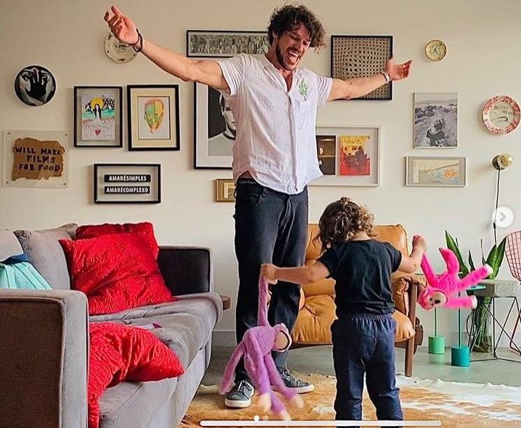 José Loreto durante brincadeira com a filha