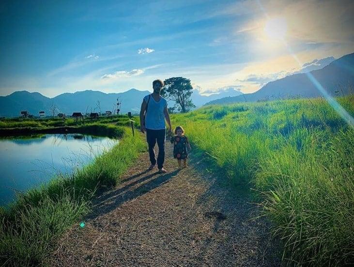 José Loreto passeando com a filha Bella