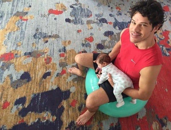 A pequena Bella no colo do papai José Loreto