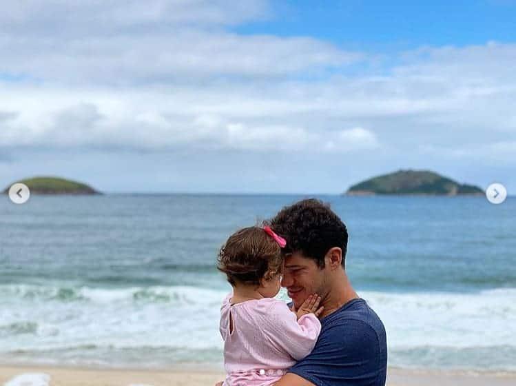 José Loreto e Bella na praia