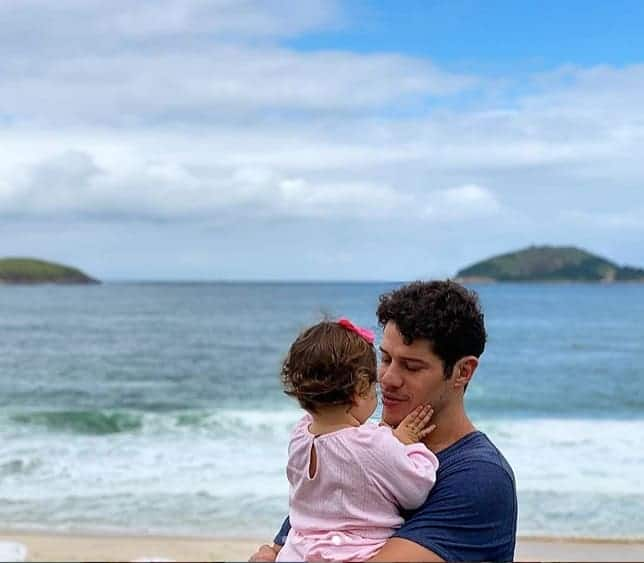O ator José Loreto com a pequena Bella
