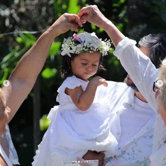 A pequena Yolanda, filha da atriz Juliana Alves durante seu batizado