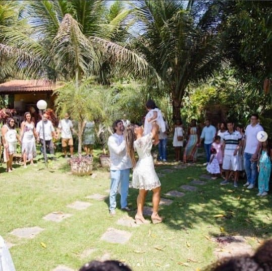 A atriz Juliana Alves e seu marido, o diretor Ernani Nunes e a menina Yolanda durante o batizado