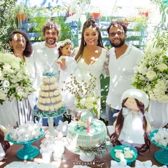 Uma foto de família no batizado de Yolanda, filha da atriz Juliana Alves