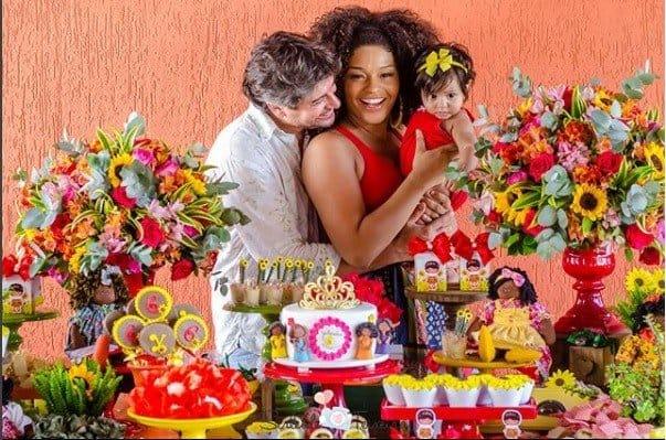 A pequena Yolanda com o seus pais Juliana Alves e Ernani Nunes na festa de seis meses