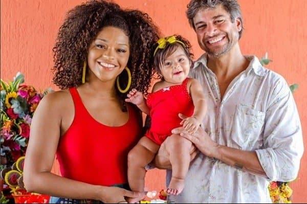 Yolanda no colo de seus pais Juliana Alves e Ernani Nunes durante sua festa de seis meses