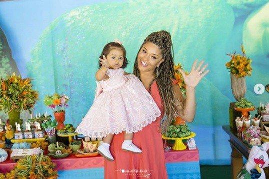 A fofa Yolanda no colo da mamãe a atriz Juliana Alves