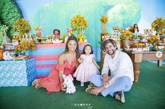 Uma bela foto em família, a fofa Yolanda, a atriz Juliana Alves e Ernani Nunes