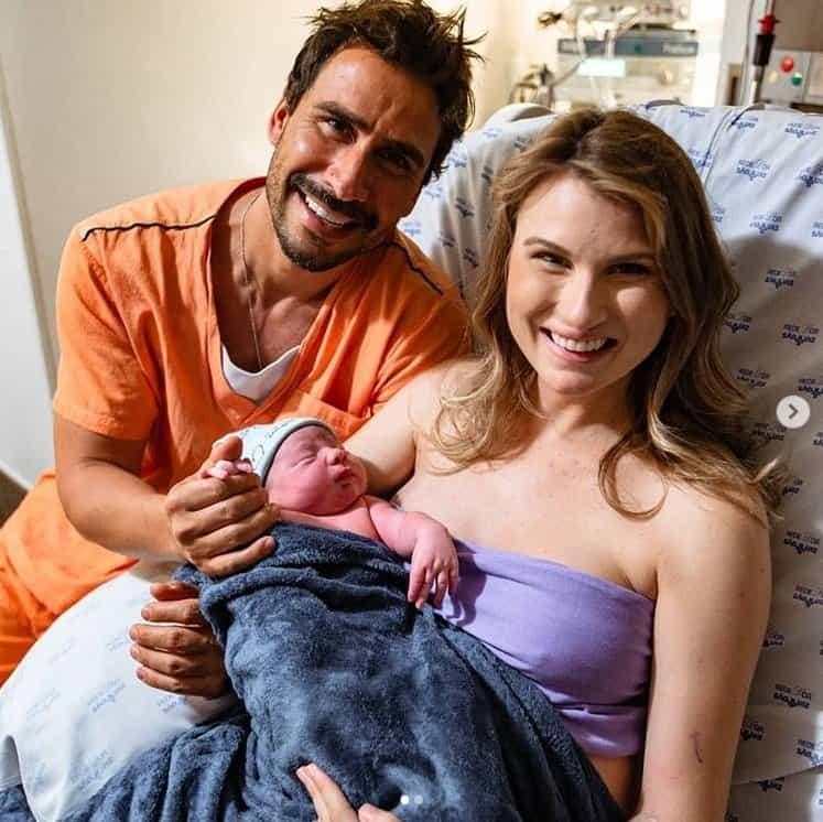 Julio Rocha com seu bebê recém-nascido