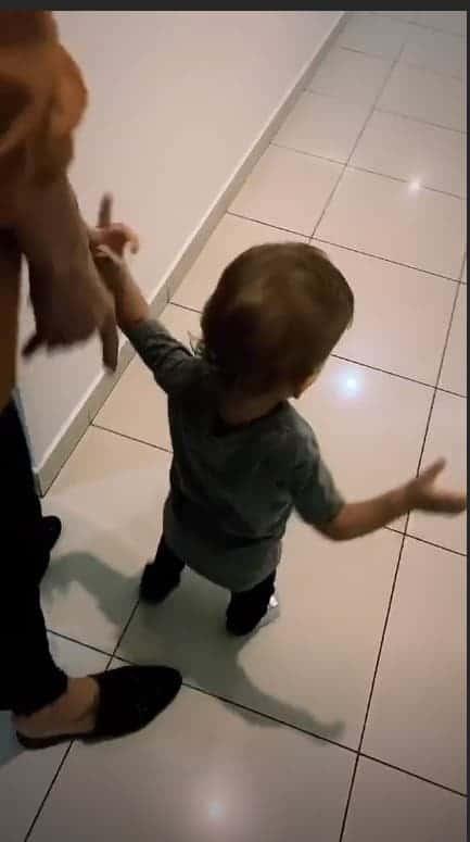 Otto andando sem a ajuda dos pais Junior Lima e Monica Benini