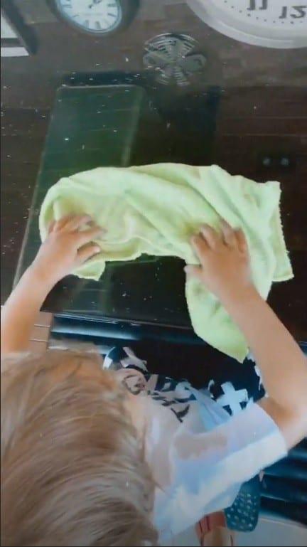 Bebê de Junior Lima ajudando a limpar a casa