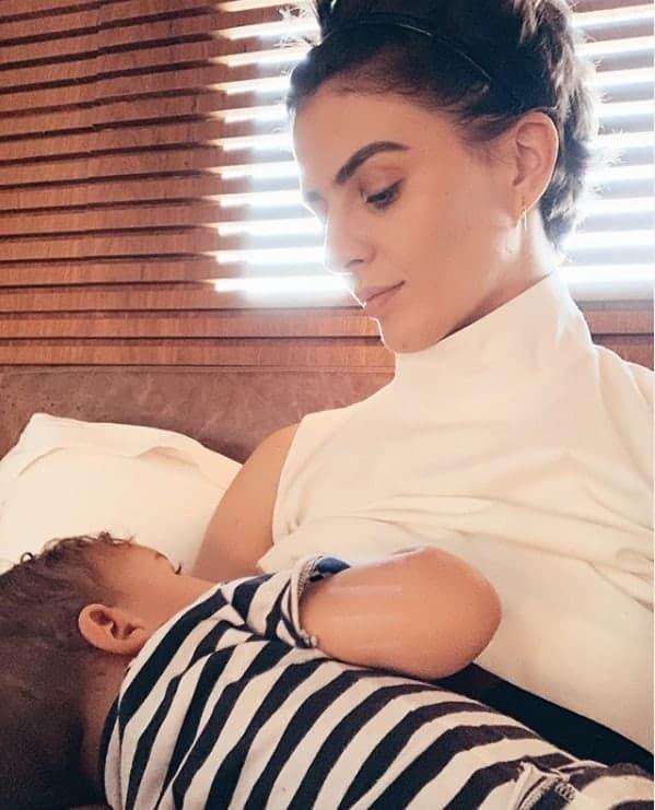 Monica Benini amamentando seu bebê com o músico Junior Lima