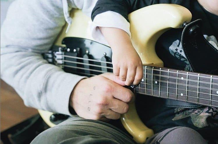 O filho de Junior Lima tocando guitarra