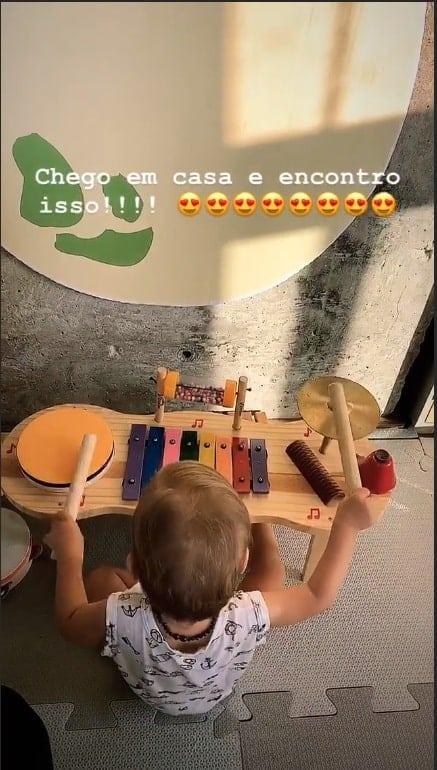 Junior Lima publicou uma imagem do bebê Otto brincando na sua bateria
