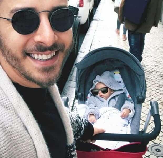 O pequeno Otto na Europa com o papai Junior Lima