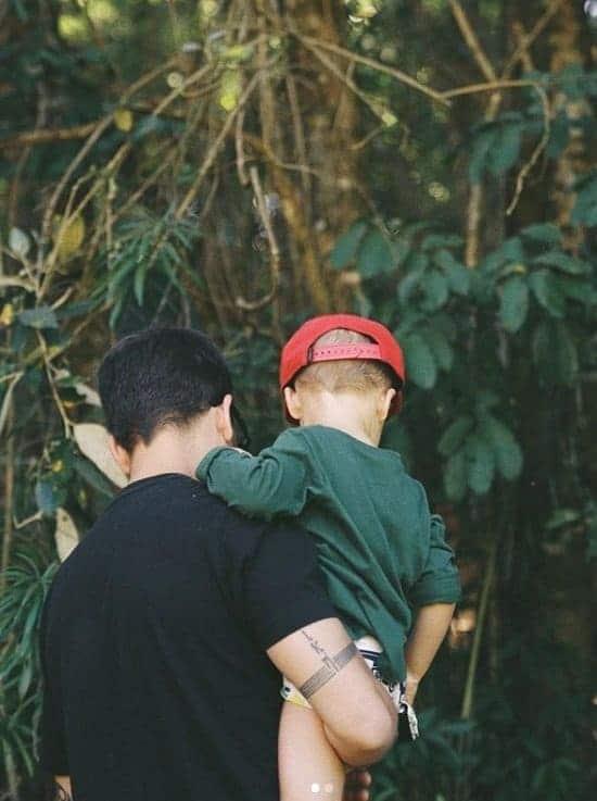Junior Lima com o pequeno Otto de dois anos