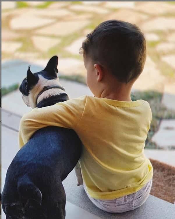 O bebê de Junior Lima com o pet da família