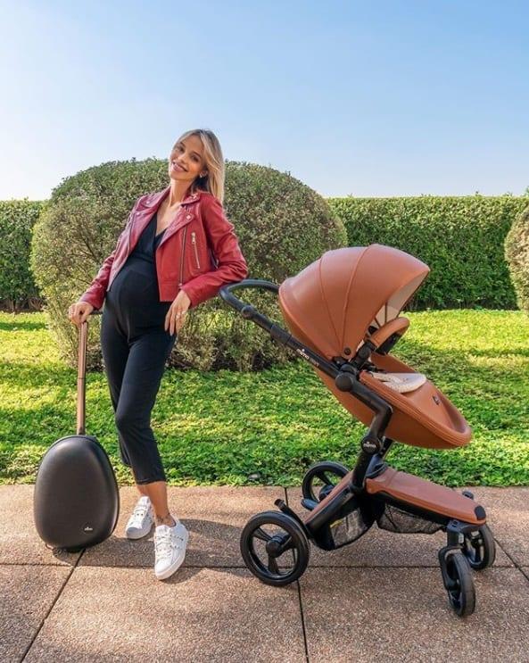 Carol Dias com o carrinho luxuoso de sua bebê com Kaká