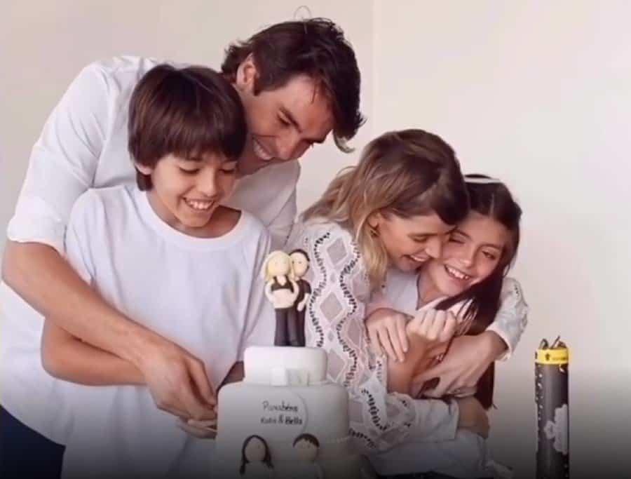Jogador Kaká com Carol Dias e os dois filhos