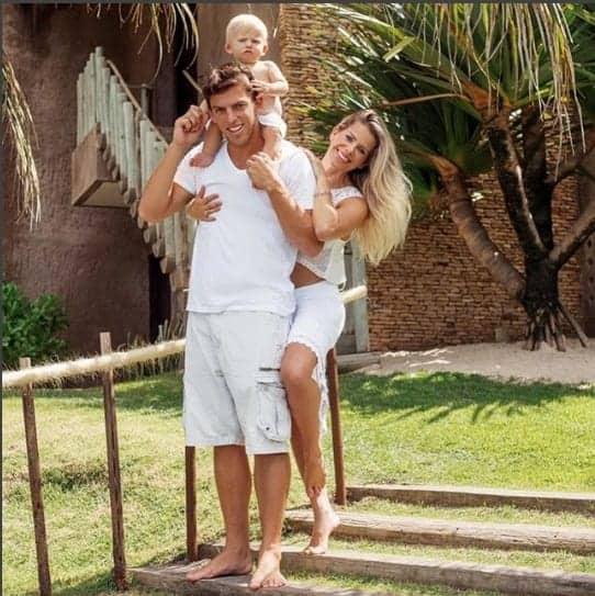 Karina Bacchi no local em que irá casar. acompanhada do marido e do filho