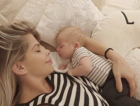 Karina Bacchi e filho com roupas combinando