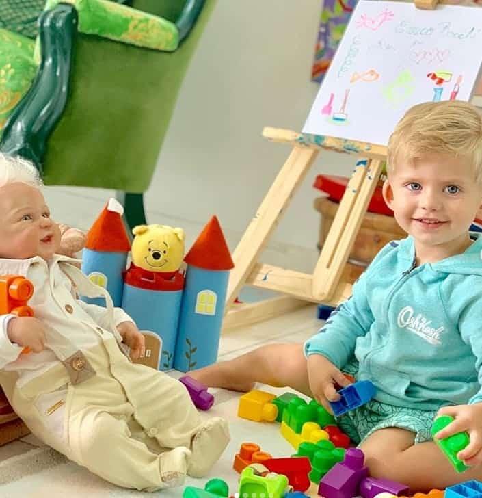Enrico, filho de Karina Bacchi, com seu irmãozinho de brinquedo