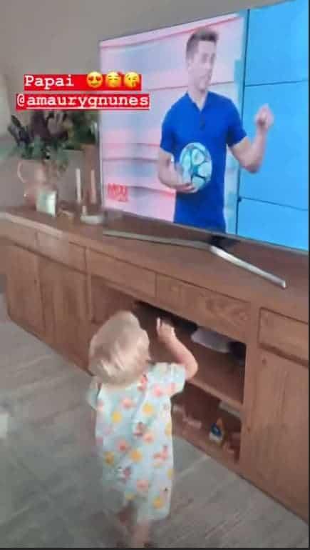 Reação do filho de Karina Bacchi ao ver o papai na TV