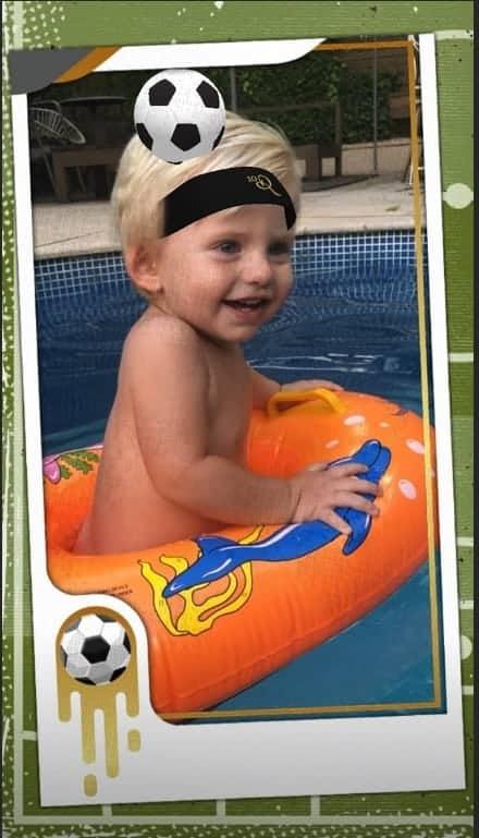 Enrico, filho de Karina Bacchi, na piscina