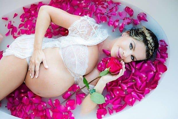 A mamãe Karina Bacchi durante ensaio na banheira de 'leite'