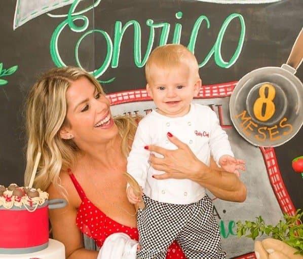 Enrico curtindo a festa de mêsversário com sua mãe Karina Bacchi