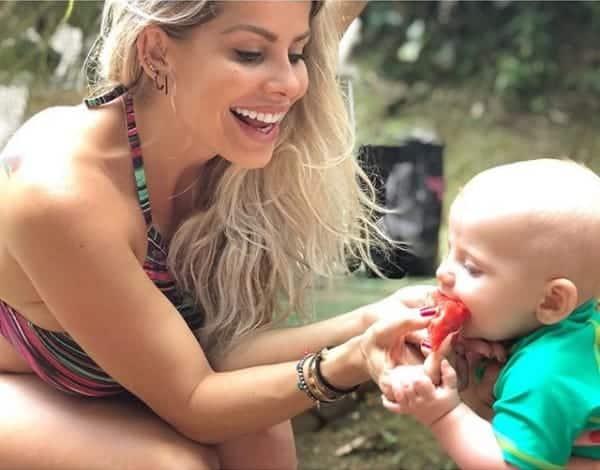 O pequeno Enrico Bacchi provando melancia