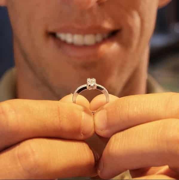 Amaury Nunes mostrando o anel de pedido de casamento