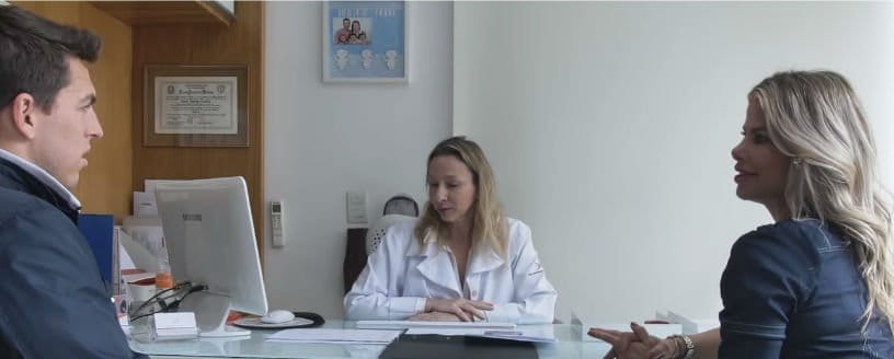 Karina Bacchi e o marido durante consulta médica