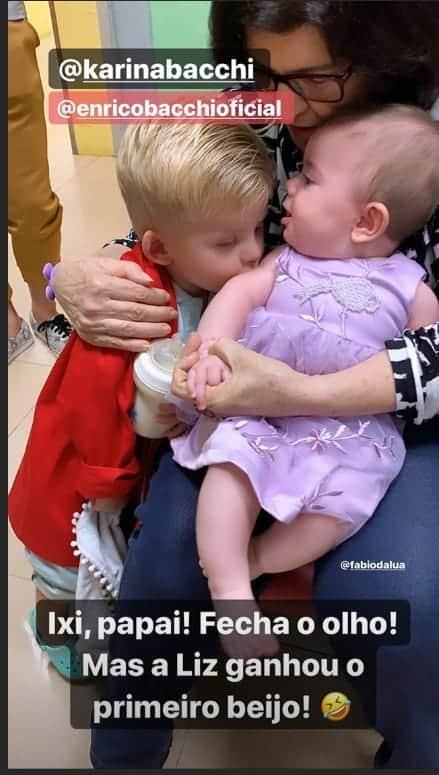 Filho de Karina Bacchi encantou ao dar um beijo na filha de Thaeme