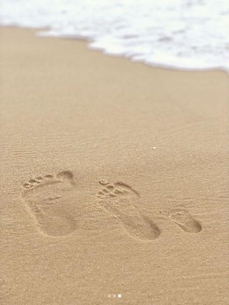 Uma bela foto dos pés da família na areia