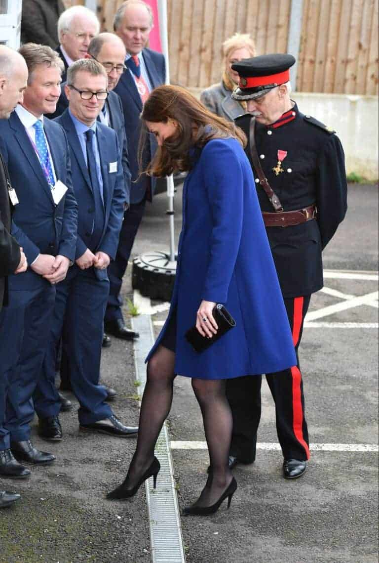 Kate Middleton ficou com o sapato enroscado