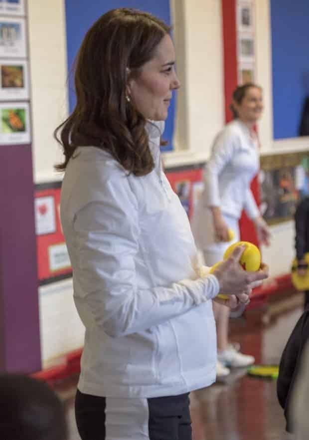 A mamãe e duquesa Kate Middleton durante evento com crianças na Inglaterra