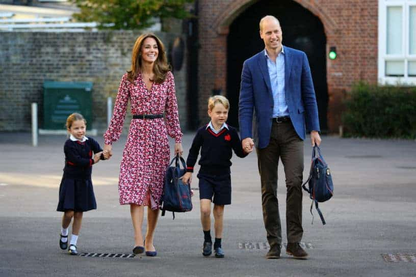 A duquesa Kate Middleton e o príncipe William levando Charlotte pro primeiro dia de aula