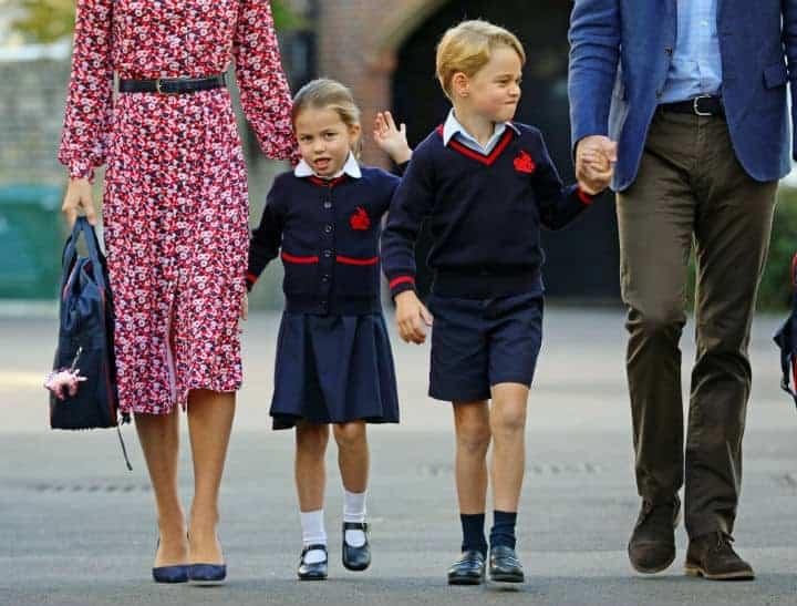 Princesa Charlotte com Kate Middleton e acenando no seu primeiro dia de aula