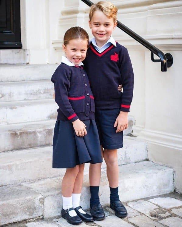 Princesa Charlotte com príncipe George no primeiro dia de aula
