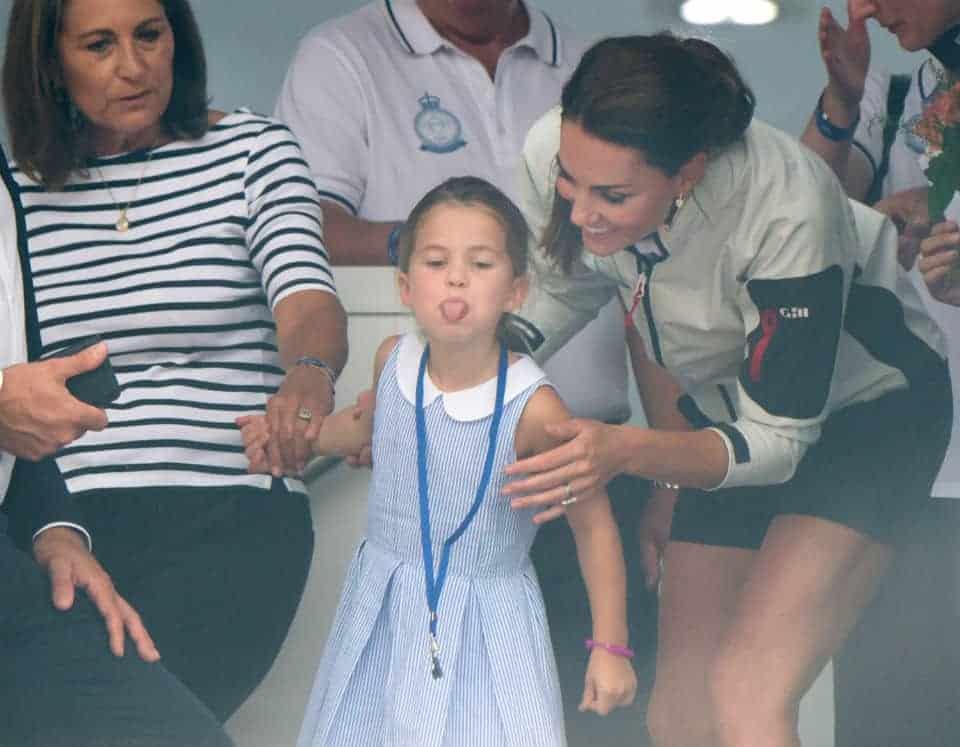 Kate Middleton com a princesa Charlotte no momento em que ela mostrou a língua pros fotógrafos