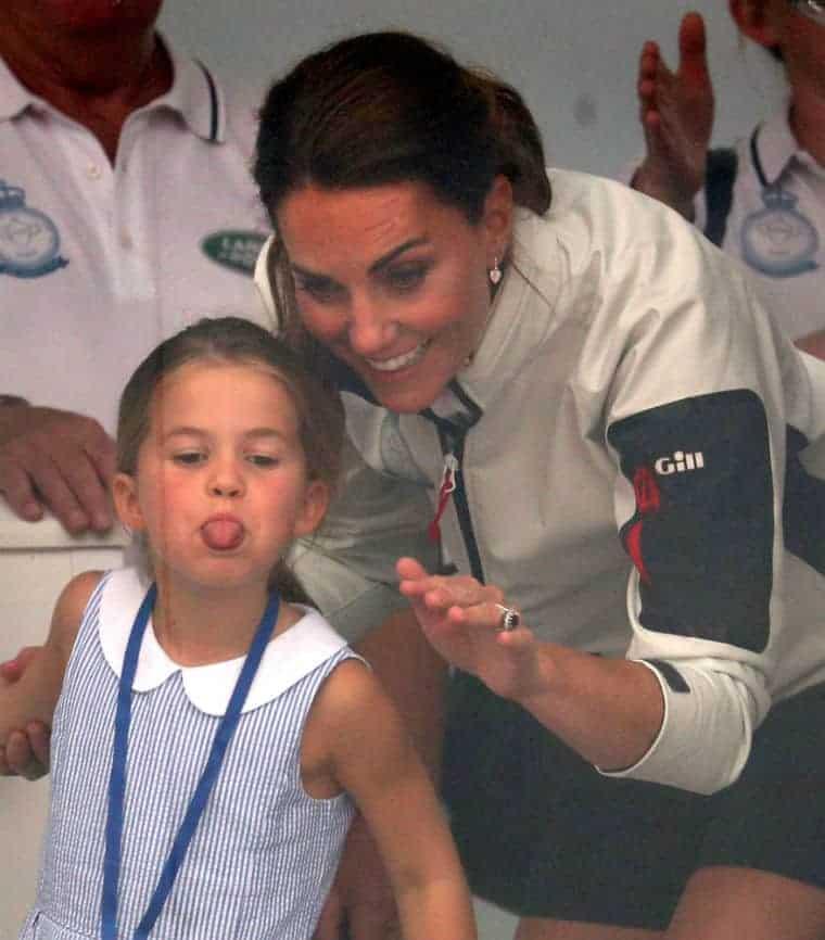 Princesa Charlotte mostrou a língua pros fotógrafos