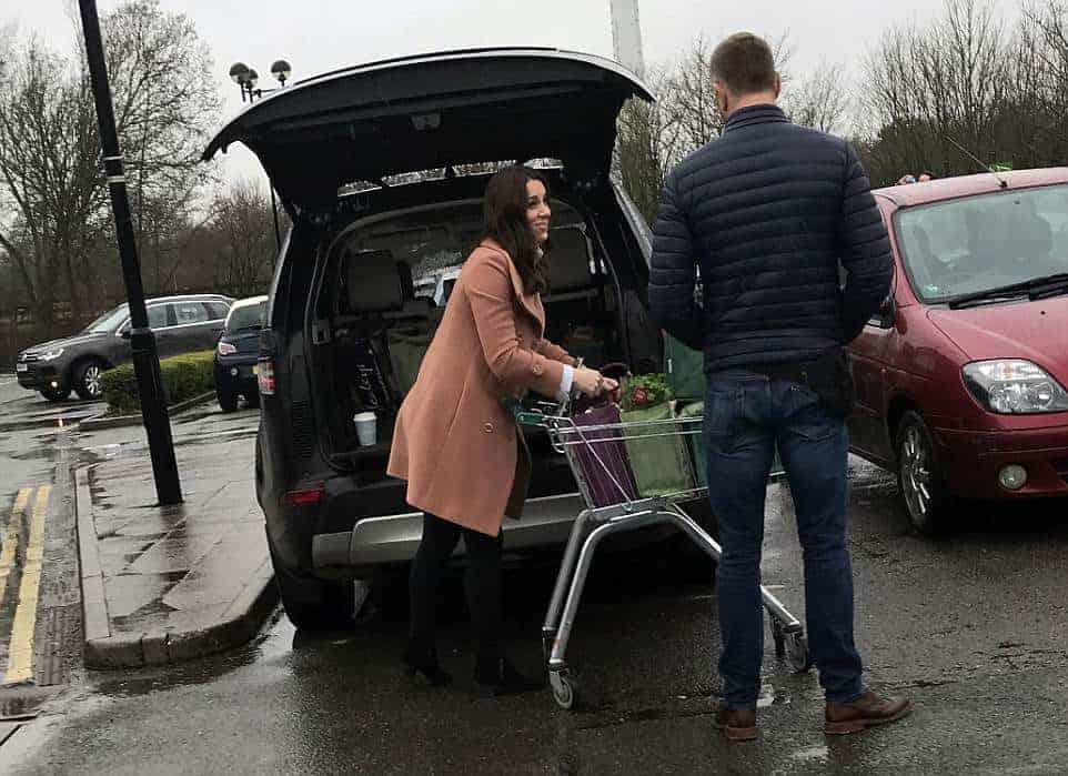 A duquesa Kate Middleton guardando as compras do mercado