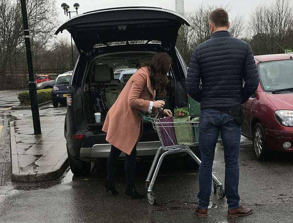 Agora a duquesa está guardando as compras no carro