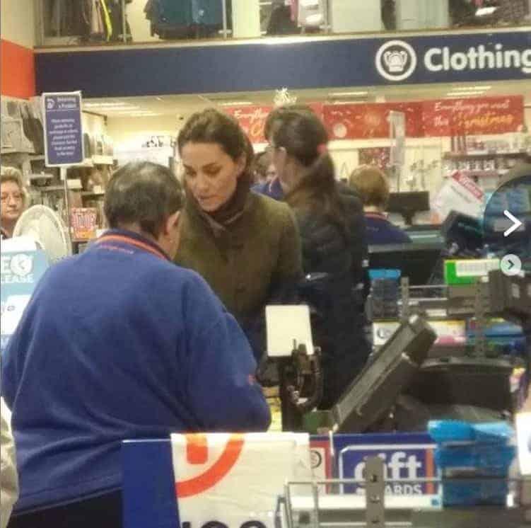 A duquesa Kate Middleton foi flagrada fazendo as compras de Natal de última hora