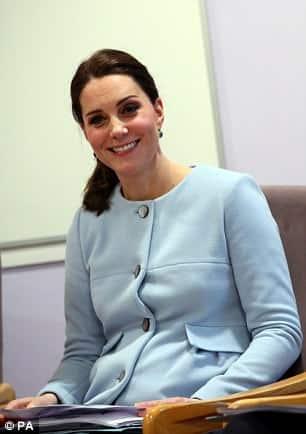 Com os cabelos mais curtos após a doação Kate Middleton fez essa publicação