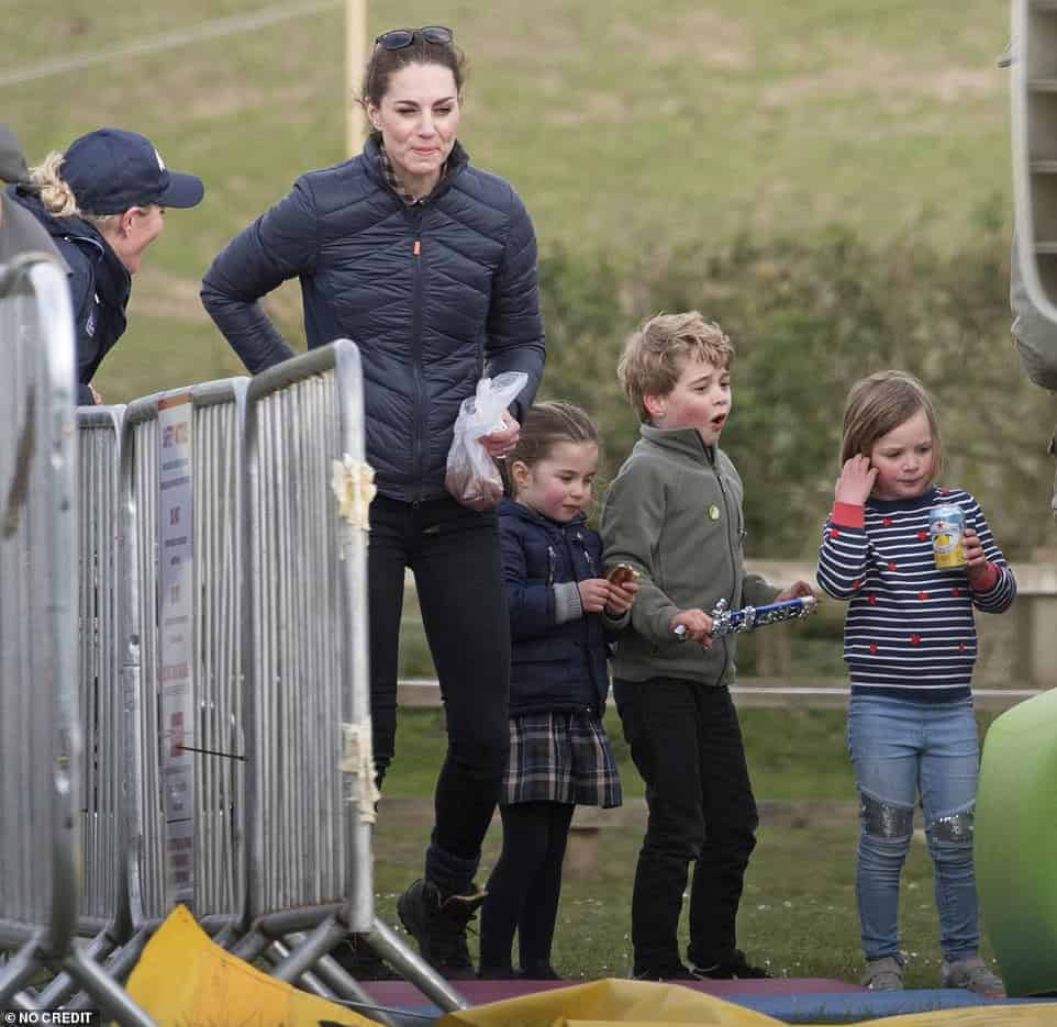 Kate Middleton com o príncipe George, princesa Charlotte e Mia